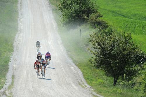 Il Giro d'Italia percorre le strade bianche in Toscana