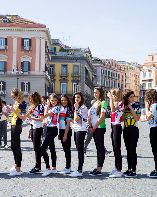 Ragazze indossano le maglie del Giro 2013