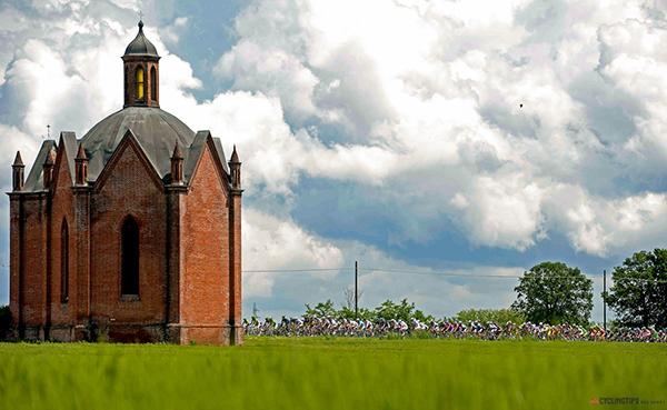 Una chiesa sullo sfondo il Giro d'Italia
