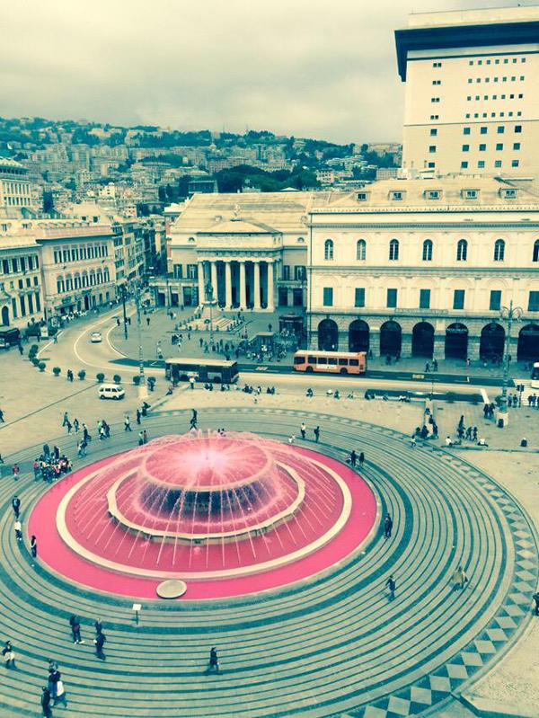 La fontana di piazza De Ferrari in rosa Giro d'Italia