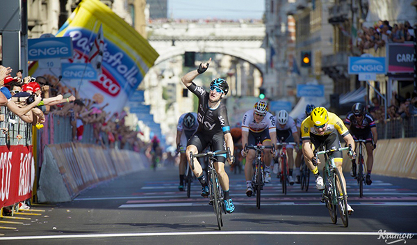 Elia Viviani sul traguardo di Genova al Giro 2015