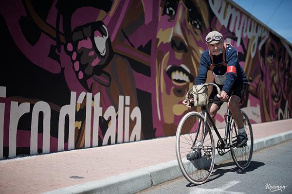 Il murale per il Giro d'Italia ad Albenga