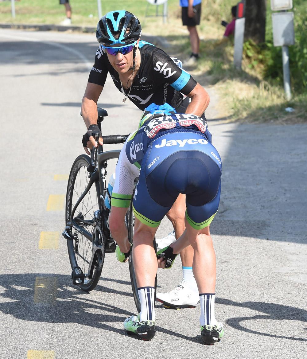 Simon Clarke aiuta Richie Porte dopo una foratura al Giro 2015