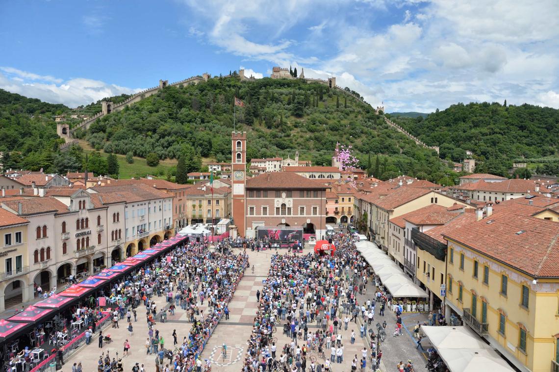 Partenza di una tappa del Giro d'Italia 2015