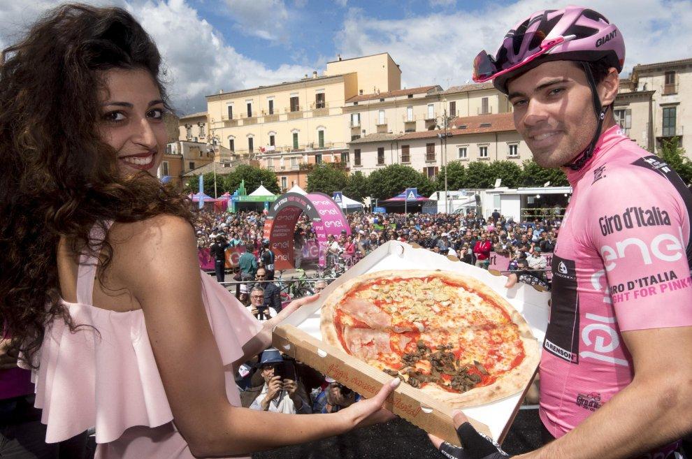 Dumoulin con una pizza e una miss al Giro 2016