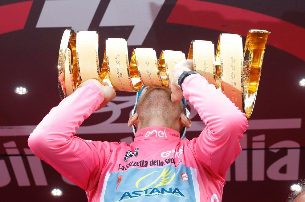 Nibali con il Trofeo Senza Fine al Giro 2016