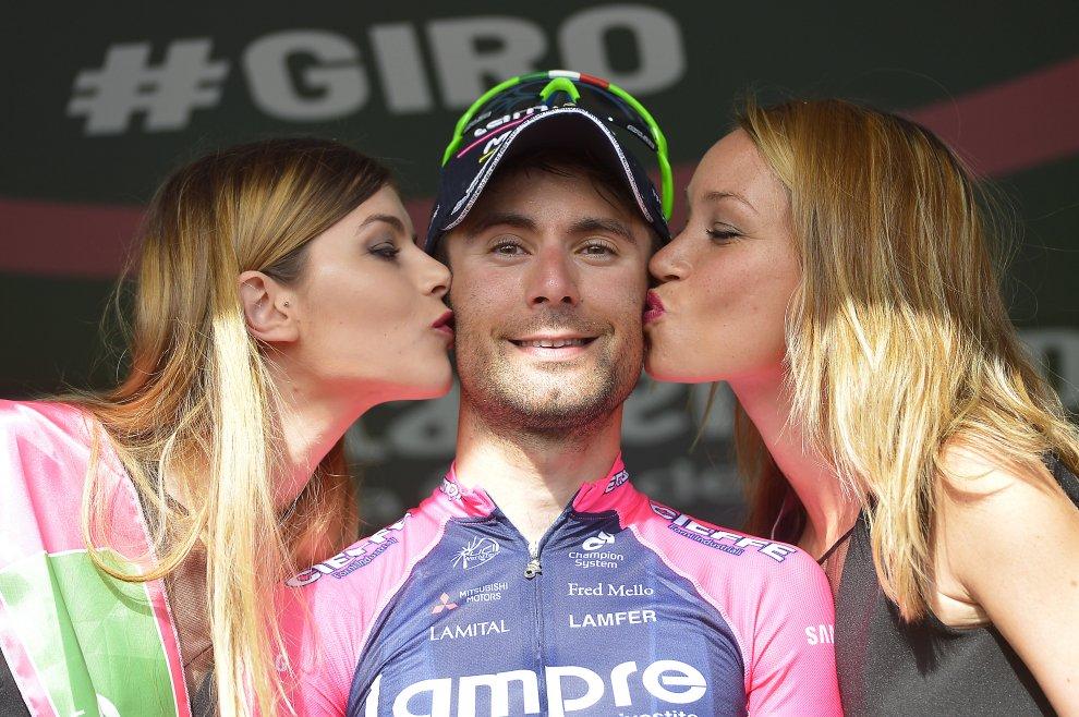 Diego Ulissi sul podio del Giro 2016 baciato da due miss