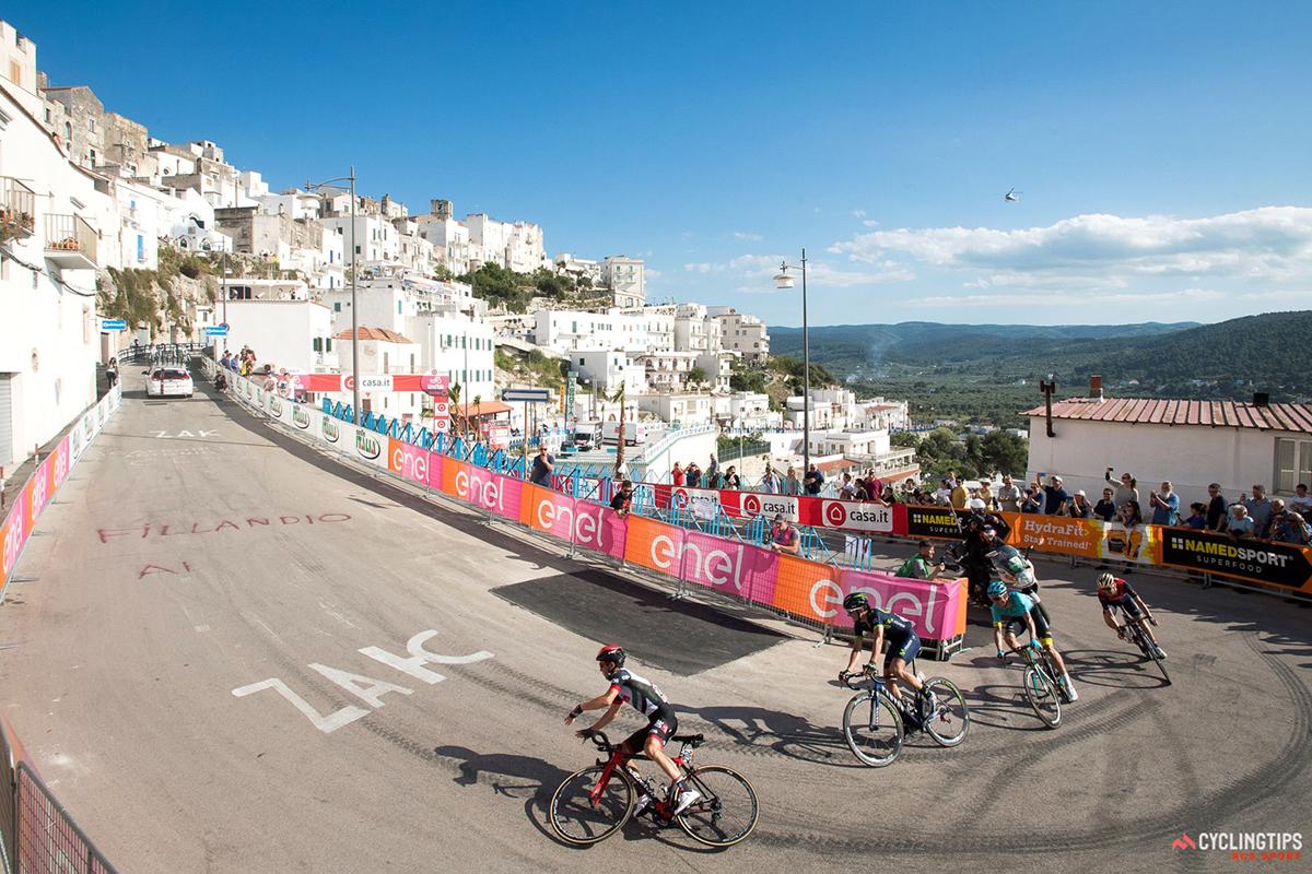 Valerio Conti cade al Giro d'Italia 2017