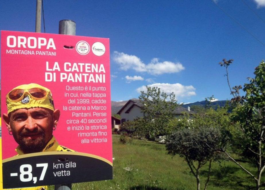 Il cartello con la storia della catena di Pantani sulla salita al Sacro Monte di Oropa