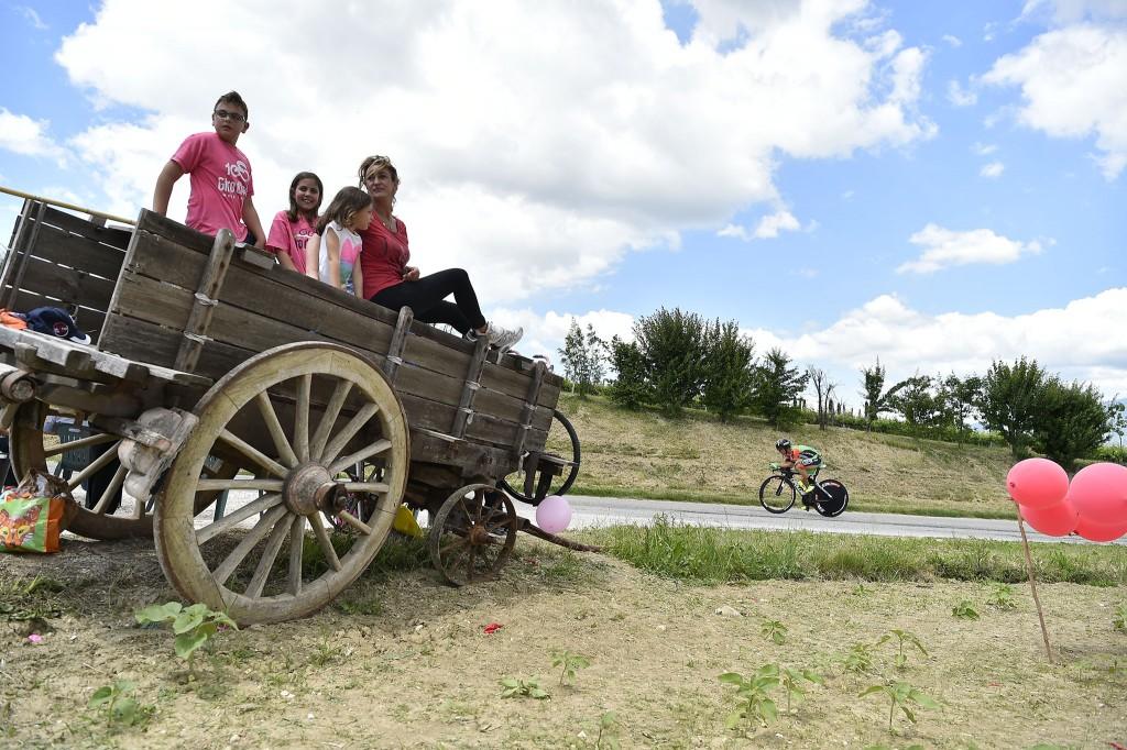 La cronometro al Giro d'Italia 2017 con tifosi su un carro