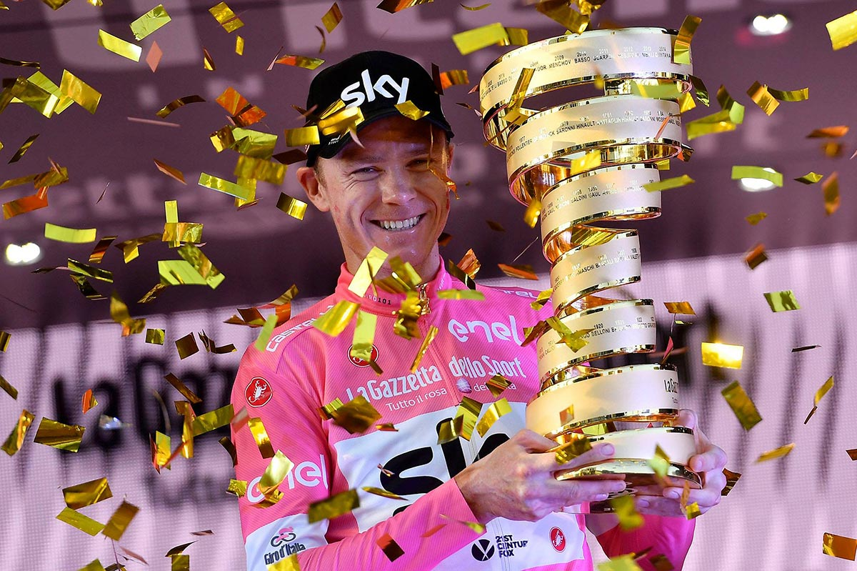 Froome con il Trofeo Senza Fine al Giro 2018
