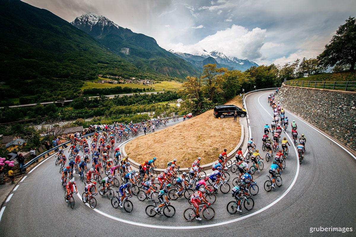 Il gruppo affronta un tornante al Giro 2019