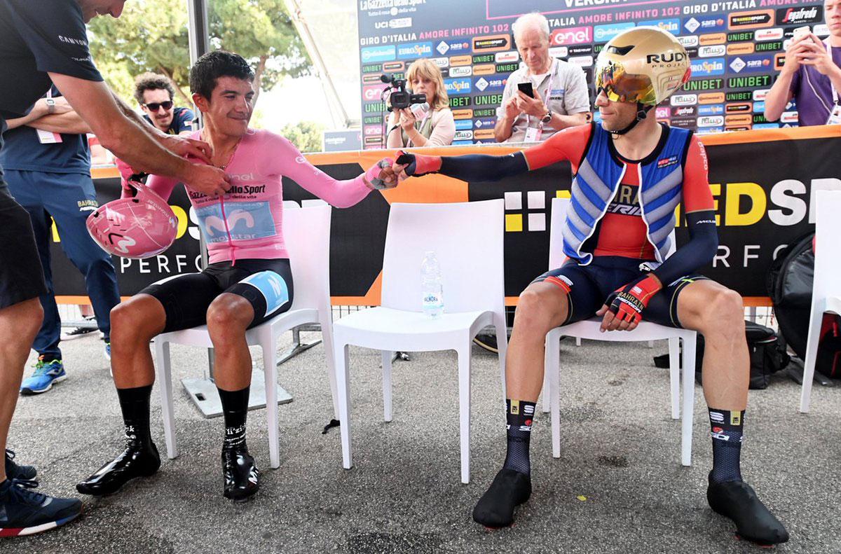Il fist bump di Carapaz e Nibali al Giro 2019