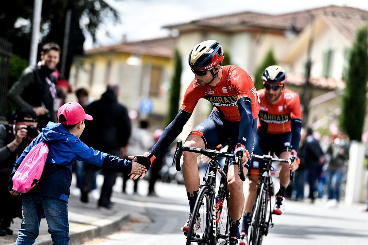 Un ciclista batte il cinque a un bambino al Giro d'Italia 2019