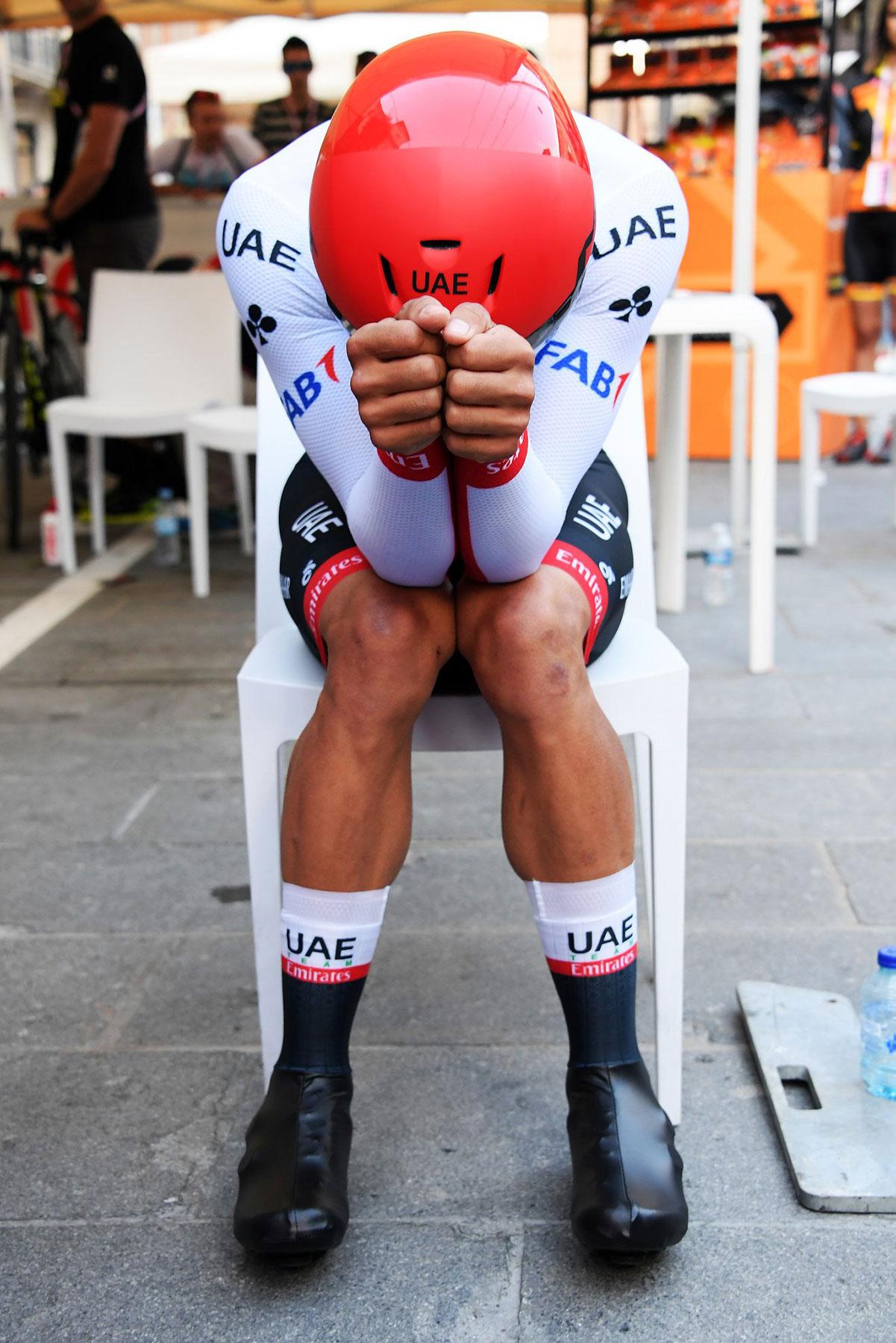 Ciclista concentrato prima di una cronometro al Giro 2019