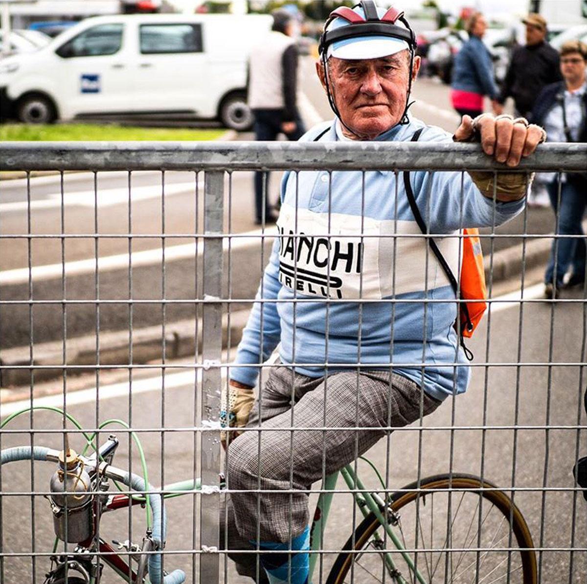 Tifoso in bicicletta con maglia Bianchi al Giro 2019