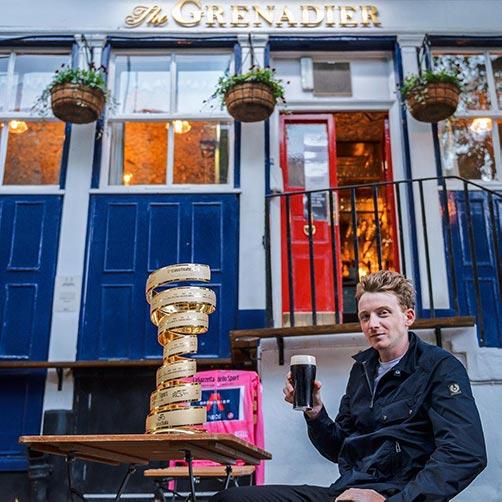 Tao Geoghegan Hart con il Trofeo Senza Fine e una birra