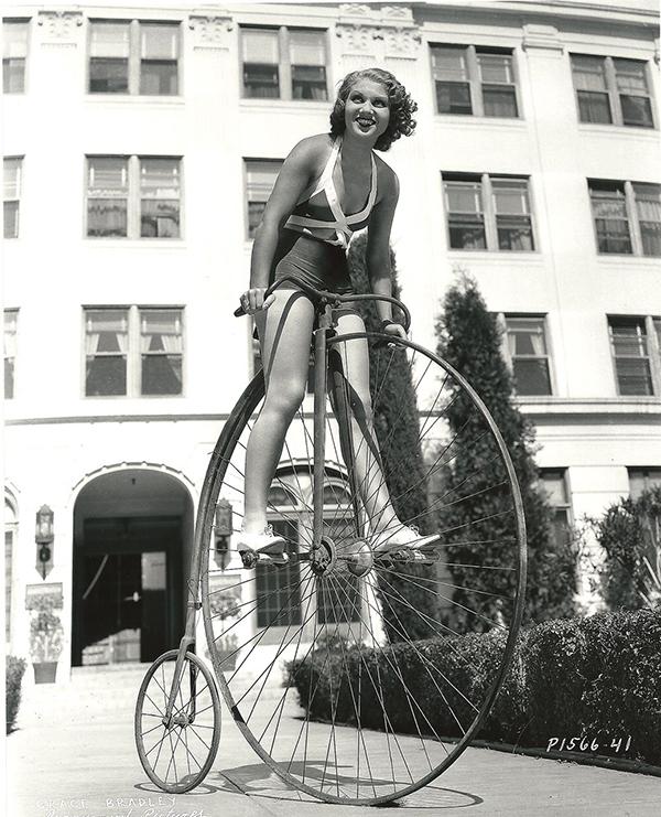 Grace Bradley su un velocipede