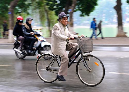 Anziano in bici a Hanoi