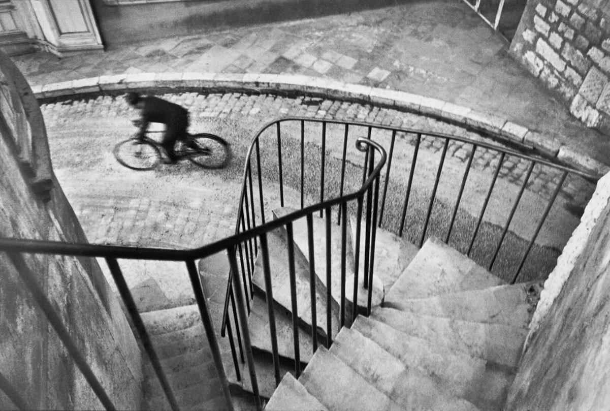 Una bicicletta fotografata da Henri Cartier-Bresson
