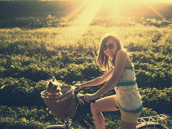 ragazza in bici con cane