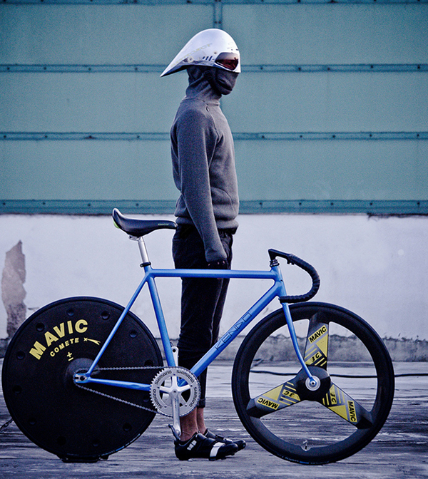 Hipster in inverno su bici Kendo