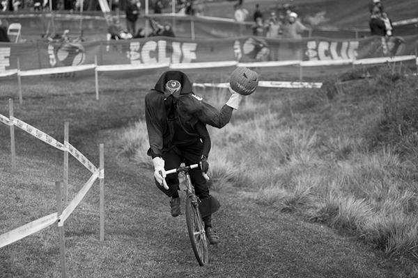 Un ciclista vestito da Jack O' Lantern