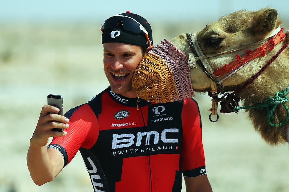 Jean-Pierre Drucker con un dromedario al Tour del Qatar 2016