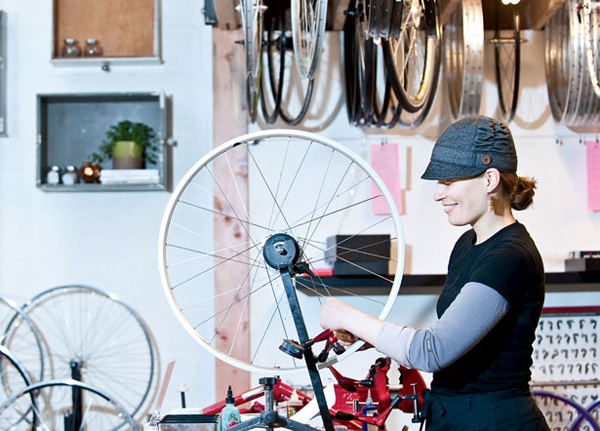 Jude Kirstein mentre centra una ruota da bici
