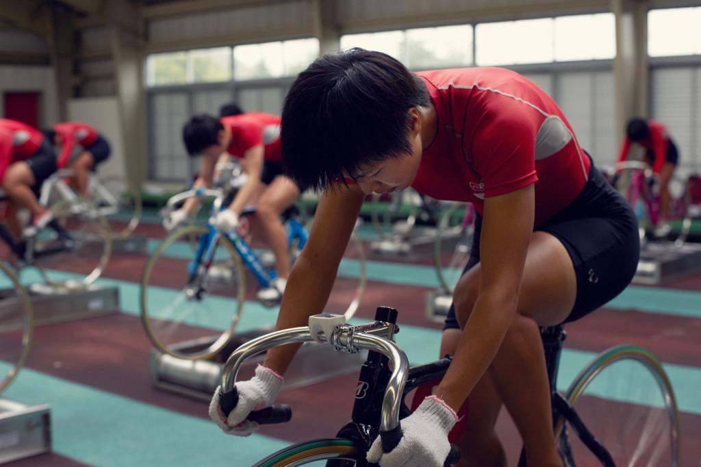 Una studentessa di keirin si allena sui rulli