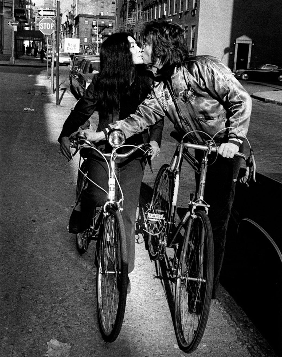 John Lennon e Yoko Ono in bici