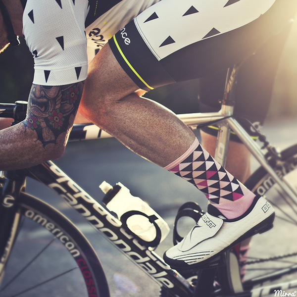Ciclista con calze a losanghe