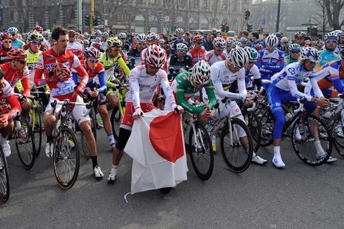 Alla partenza della Milano-Sanremo si commemorano le vittime del terremoto e dello tsunami giapponese