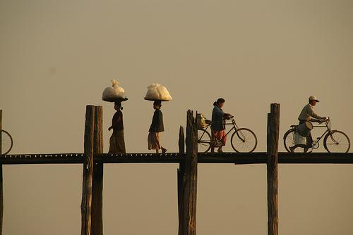 Bici attraversano un ponte nel Myanmar