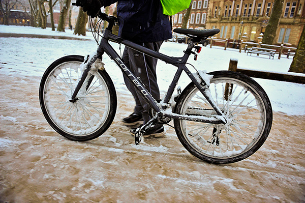Una mountain bike sotto la neve a Bristol