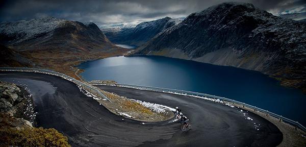 Una salita in Norvegia e due ciclisti