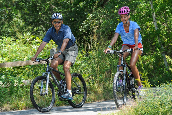 Barack Obama e la figlia Malia in mountain bike