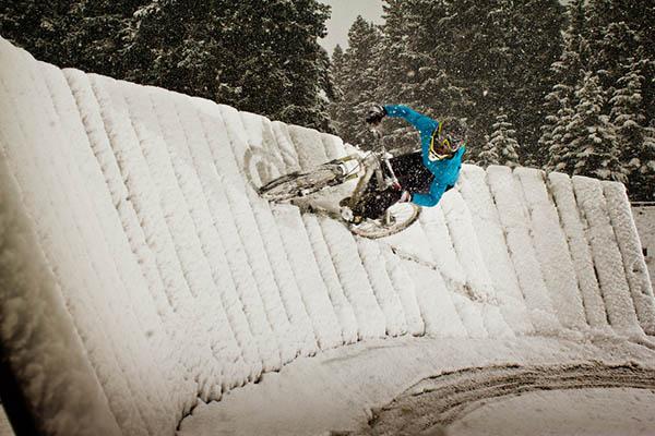 Mountain bike su una parabolica coperta di neve
