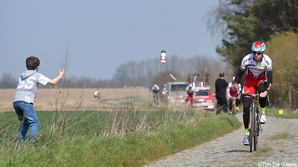 Kristoff lancia la borraccia a un bambino alla Parigi-Roubaix