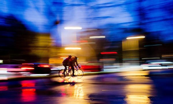 Ciclisti sotto la pioggia ad Hannover