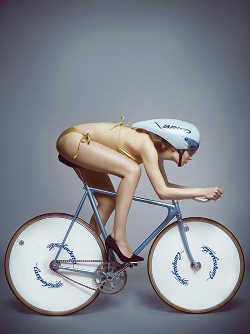 Una ragazza in bikini su una bici da pista