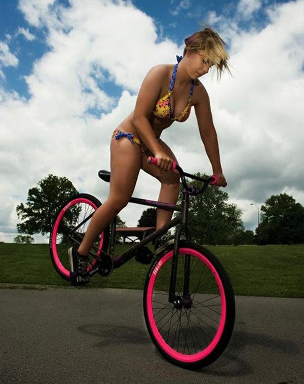 Ragazza in bikini su una bici