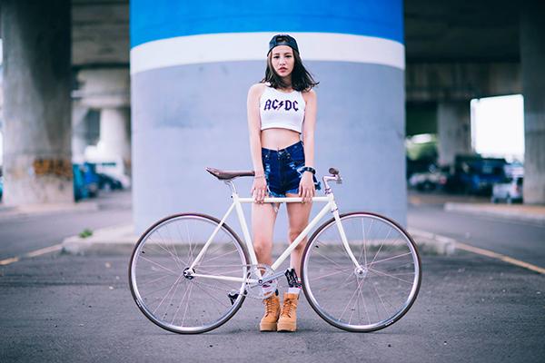 Ragazza con una maglietta degli AC/DC e una bici