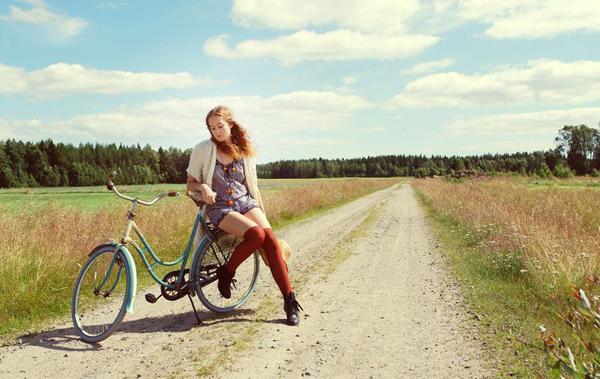 Ragazza in bici in campagna