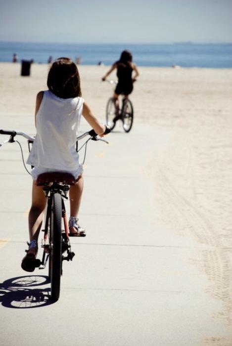 Ragazze in bici in spiaggia