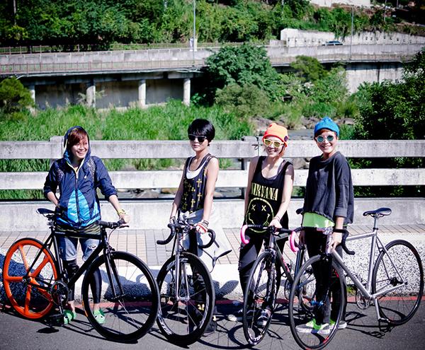 Ragazze su bici fixed a Taiwan