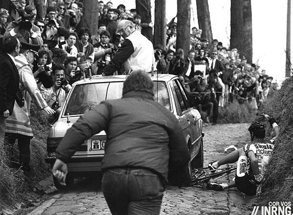 La macchina giuria passa sopra la bici di Jesper Kibby alla Ronde van Vlaanderen 1987