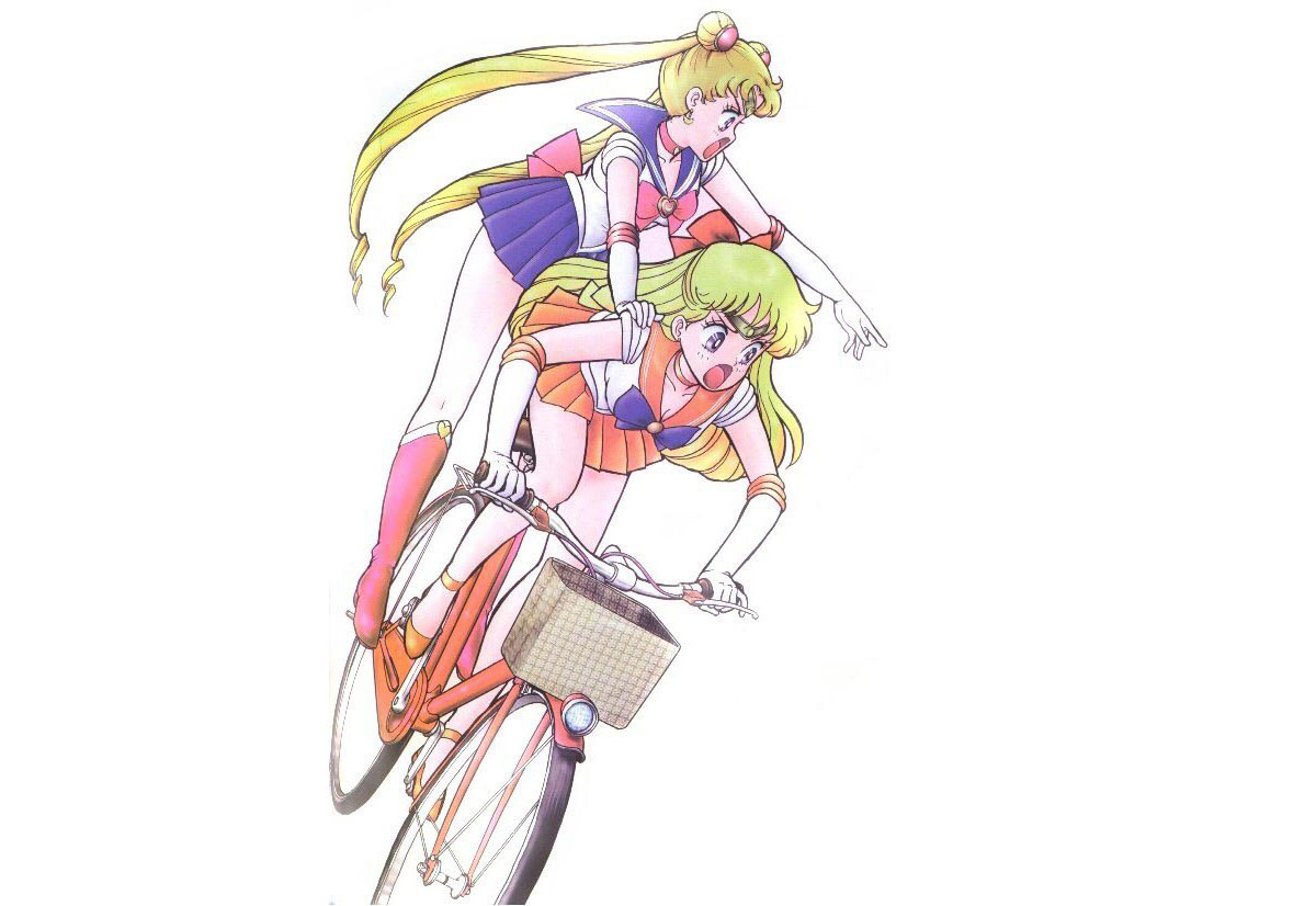 Sailor Moon e Sailor Venus su una bici