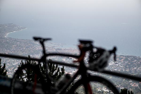 Vista di Sanremo dalle alture con una bici