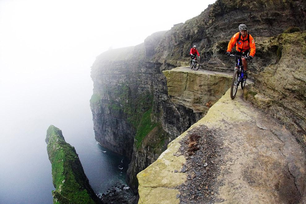 Ciclisti sulle scogliere di Moher